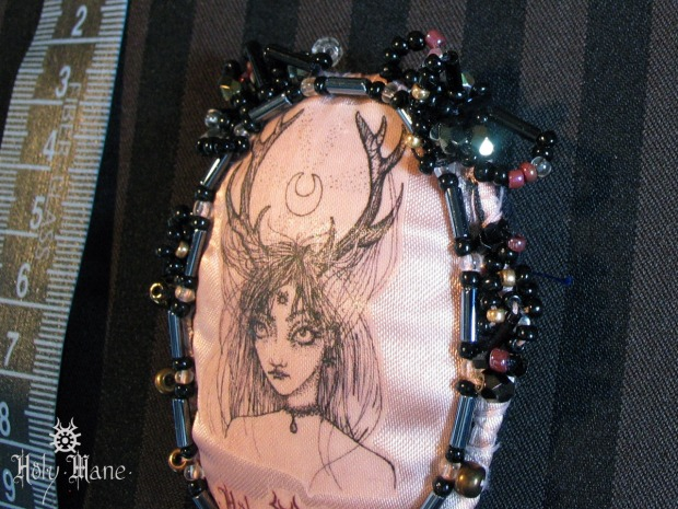 broche bijou unique Holy Mane fille des bois rose